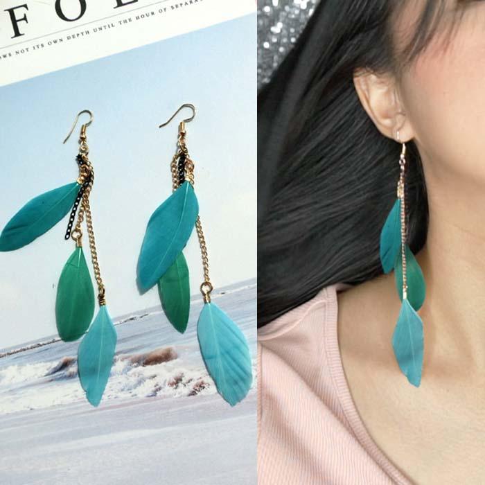 Multi colored feather earrings J4U652