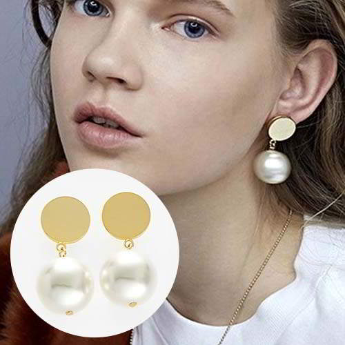 Anting Dior Gold round pearl pendant earrings REA441